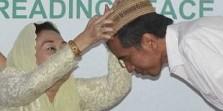 Jokowi Kenakan Peci Gus Dur di Tahun Ayam Api